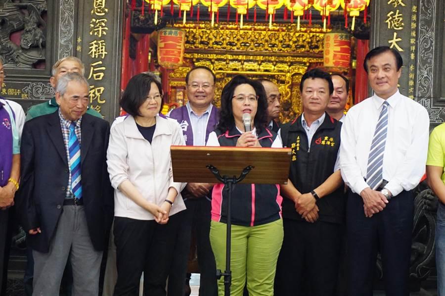 前台中市議員翁美春(中)代表民進黨參選台中市第8選區區域立委。(王文吉攝)