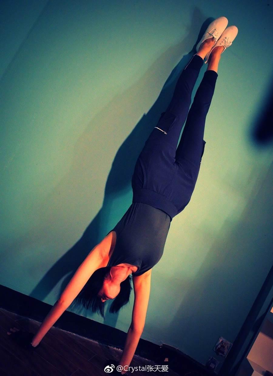 張天愛在減肥期間,除了控制飲食,也會上健身房運動,除此之外,她也會多走路、站立,達到隨時隨地都在運動的狀態。(圖/翻攝自微博@Crystal張天愛)