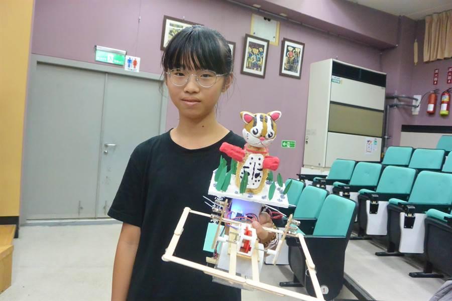 苗栗學子以保育石虎為發想,創作石虎造型機器人榮獲創意造型金牌獎。(巫靜婷攝)