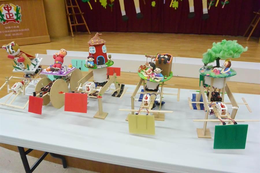 苗栗學子即興創作的機器人造型多變。(巫靜婷攝)