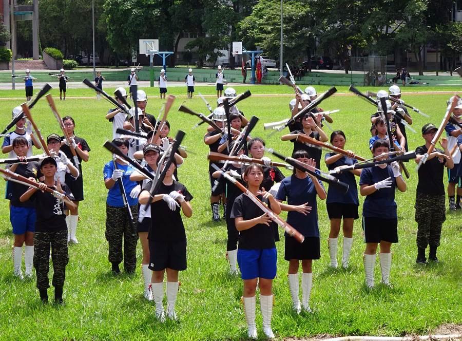 8所學校儀隊利用暑假到內埔農工聯合集訓,之後將展開巡迴演出,並爭取國慶演出。(潘建志翻攝)