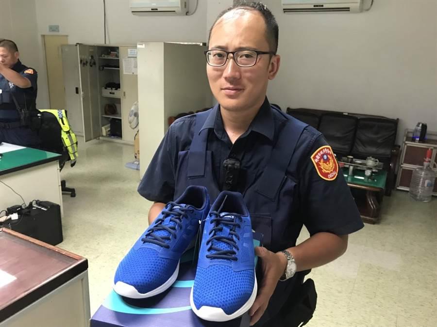 平鎮分局每名員警父親節前夕都收到一雙新球鞋。(邱立雅翻攝)