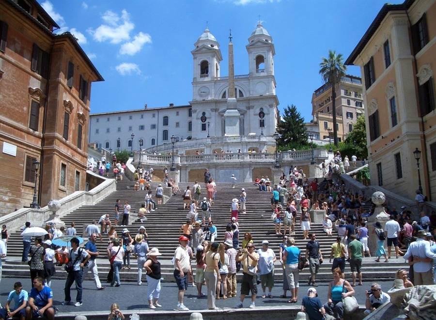 羅馬對遊客祭出不準在著名景點「西班牙階梯」席地而坐的禁令,前往當地觀光的遊客如今不得在此稍坐片刻休息了。(檔案照片/shutterstock)