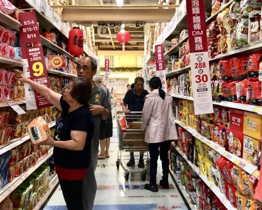 颱風要來,愛買泡麵買氣更高。(愛買提供)