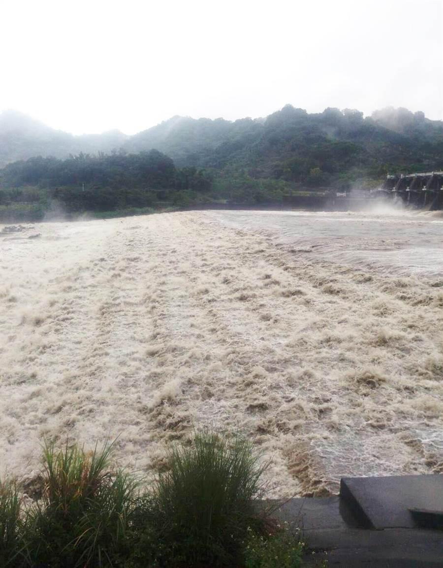 「利奇馬颱風」來襲,將導致河川原水濁度飆高,降低淨水場處理能力,影響民眾用水。(陳世宗翻攝)