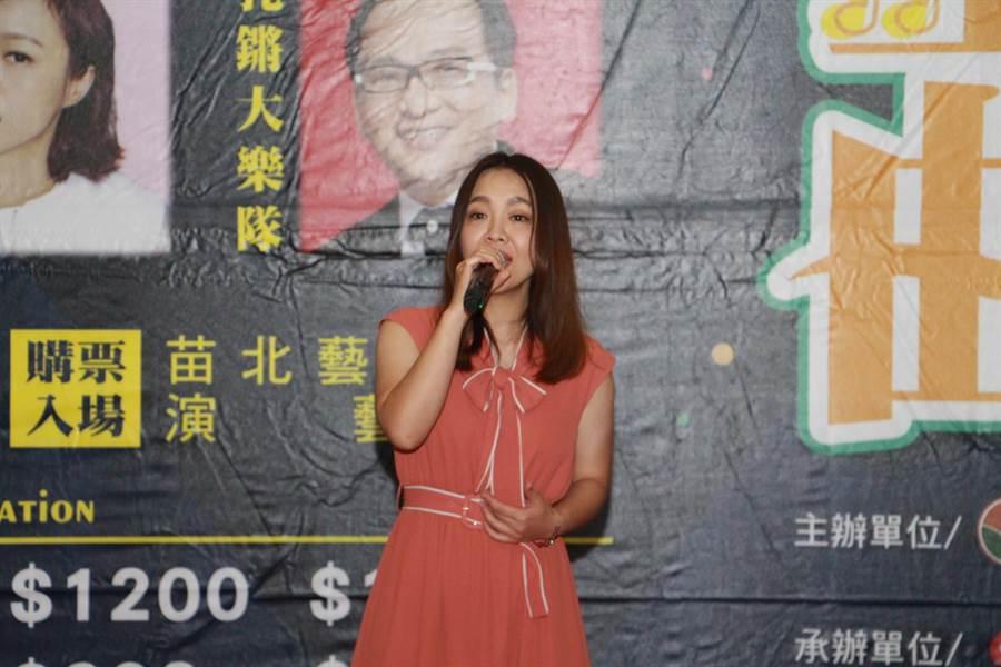 台語最佳女歌手張艾莉7日演唱《自從愛著你》台語歌曲,獨特唱腔與技巧讓人耳目一新。(何冠嫻攝)
