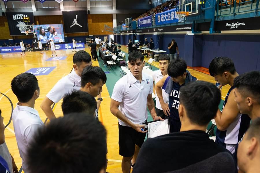 楊敬敏(中)擔任政大雄鷹男籃客座教練,將自己的經驗分享給年輕球員。(政大雄鷹會提供)