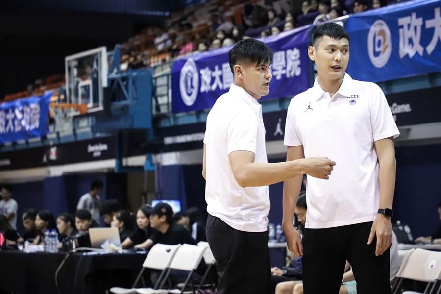 政大男籃教頭陳子威(右)請學長楊敬敏(左)擔任客座教練,分享經驗。(政大雄鷹會提供)