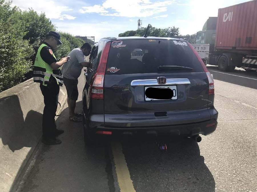 2名男子因為超車糾紛,在國道內側車道扭打。(邱立雅翻攝)