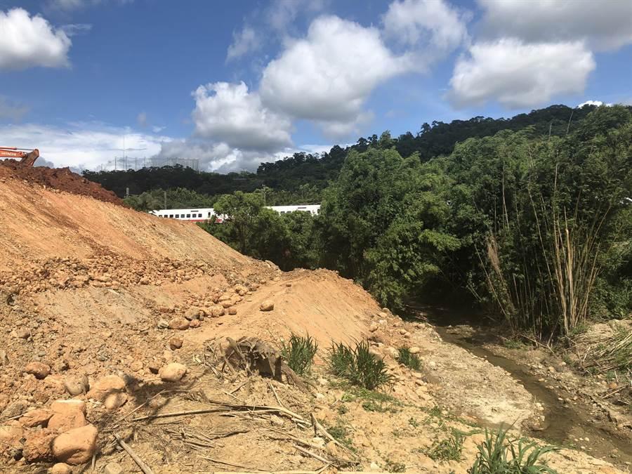 不肖業者於鄰近鐵道、河道地段違法棄土,體積達6000立方公尺,遭縣府函送法辦。(何冠嫻翻攝)