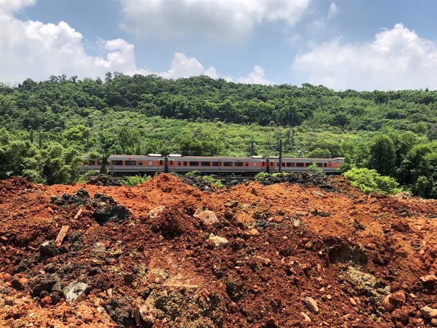 新北業者在鐵路橋墩附近山坡地違法棄土。(何冠嫻翻攝)