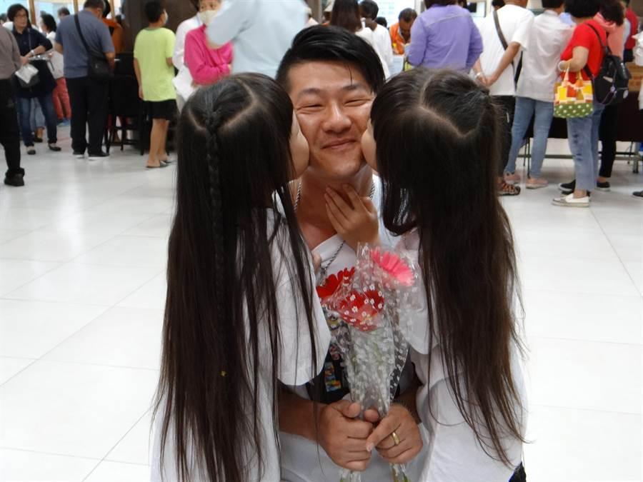 許爸爸帶著寶貝女兒出席奇美醫院罕病照護宣導活動,女兒暖心告白讓他既感動又好笑。(曹婷婷攝)