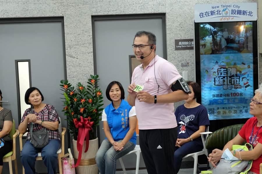 市議員洪佳君、新北市體育總會理事長黃志雄6日邀集地方長輩,參與由五甘心物理治療在樹林區衛生所一樓銀光咖啡館舉辦的「健康促進課程活動」。(許哲瑗翻攝)
