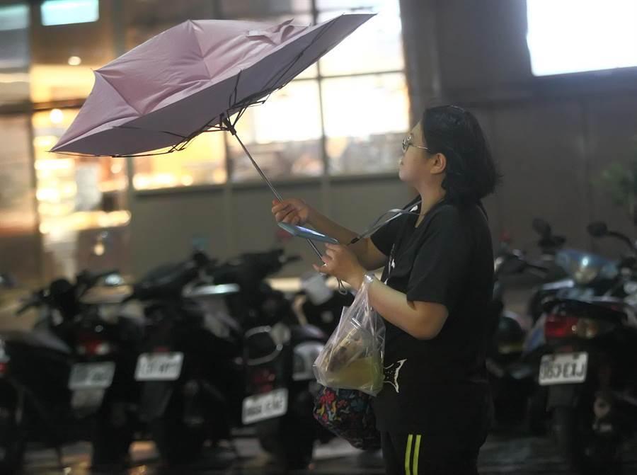 在台北街頭,民眾逐漸感受到利奇馬的威力。(張鎧乙攝)