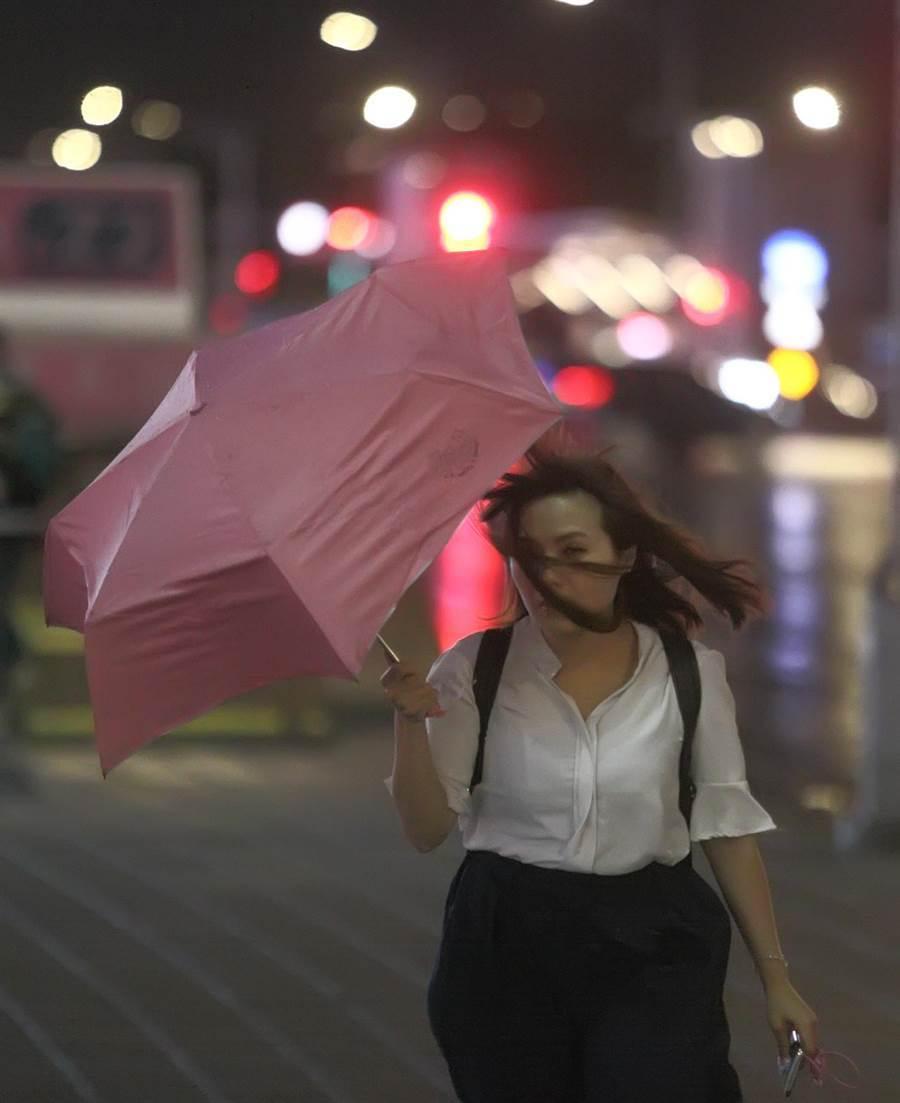 中颱利奇馬持續逼近台,中央氣象局在7日下午5時30分發出海上颱風警報,利奇馬以每小時15公里的速度,朝西北前進,在台北街頭,民眾逐漸感受到它的威力。(張鎧乙攝)