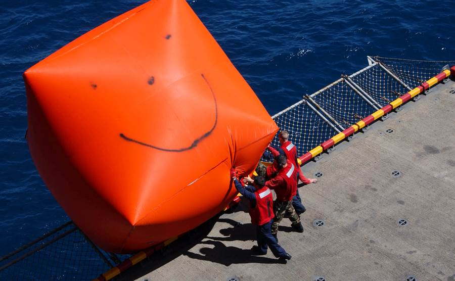 美國海軍的大型紅色浮標氣球,俗稱殺手蕃茄。(圖/美國海軍)
