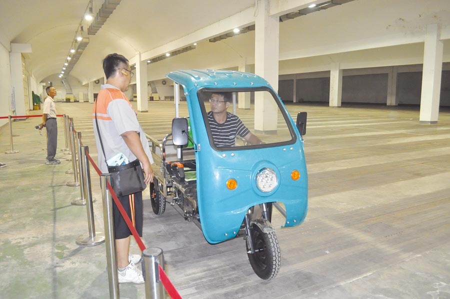 臺南國際生技綠能展展出地點南紡世貿展覽中心,特別規畫室內試乘區供電動車輛試乘,長度約90公尺的試乘區連康騏的電動三輪搬運車都可輕鬆試乘。圖/郭文正