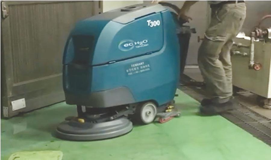 Tennant磁吸式洗地機進軍台灣,客戶訂貨3天交機,輕鬆完成廠區清潔環境清洗作業。圖/業者提供