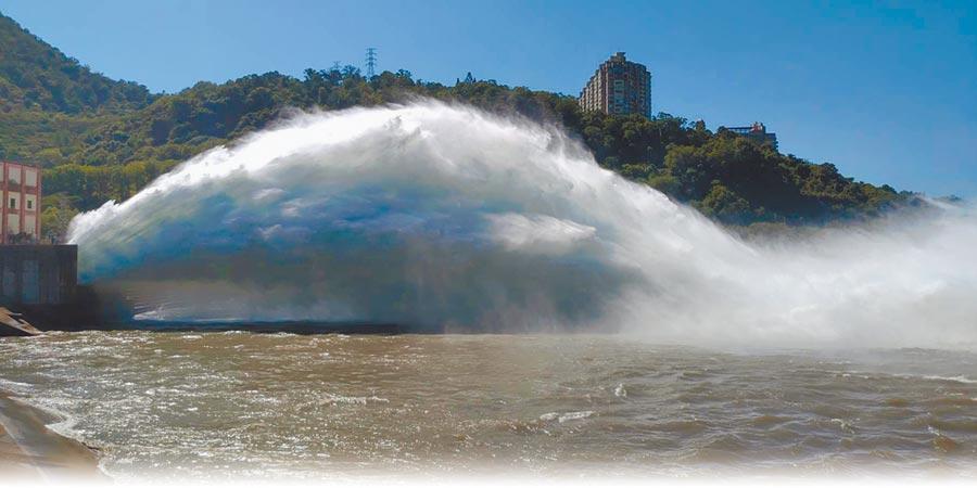 因應颱風來襲,石門水庫進行調節性放水,並預留防洪空間。(邱立雅翻攝)