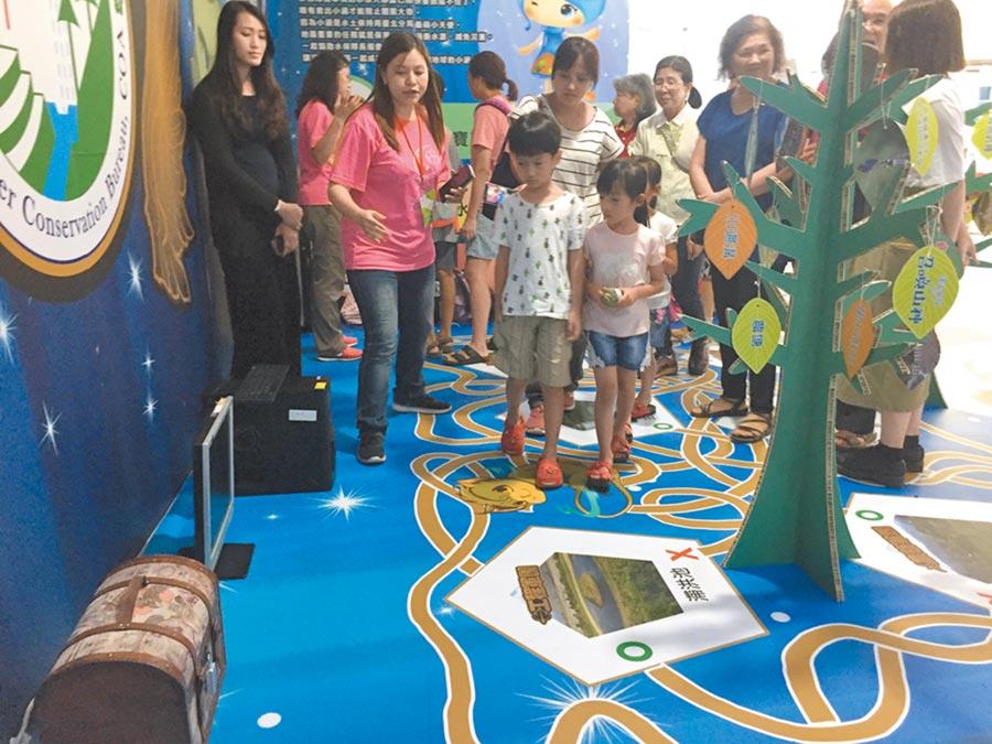 水保局於台南舉辦「莫拉克風災10周年經驗交流與回顧研討會」,透過密室逃脫遊戲灌輸小朋友防災知識。(曹婷婷攝)