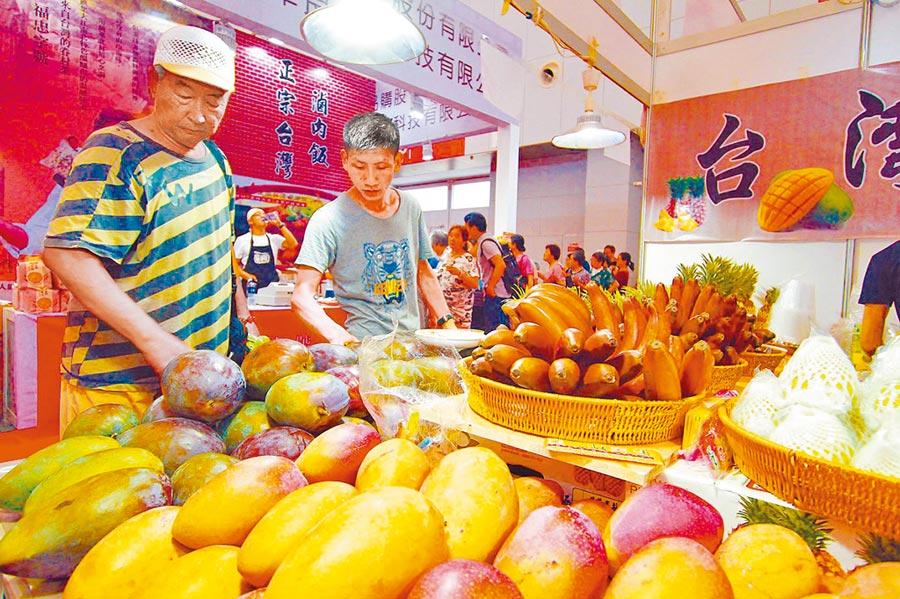 蔡政府修法禁「中共代理人」,連陸採購水果都要查。圖為2018年天津‧台灣商品博覽會。(中新社資料照片)