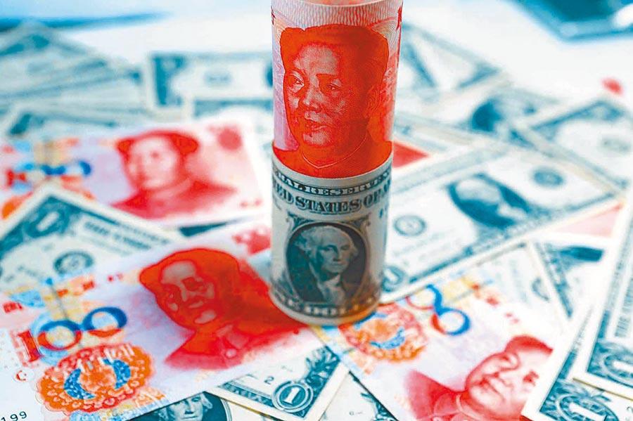 人行發行央票,人民幣兌美元匯率急彈。圖為人民幣與美元。(中新社)