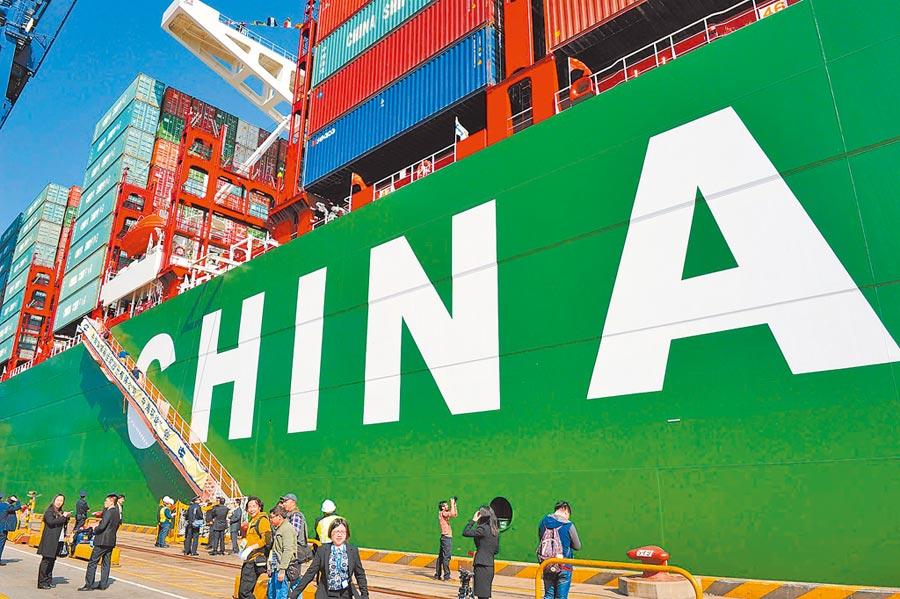 川普認為大陸通過人民幣貶值促進出口,抵消關稅帶來的影響。圖為全球最大的貨櫃船停泊於深圳港。(中新社資料照片)
