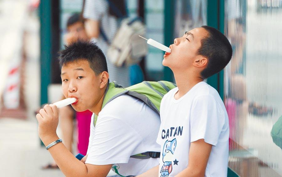 高溫下青少年大吃雪糕解暑。(中新社資料照片)