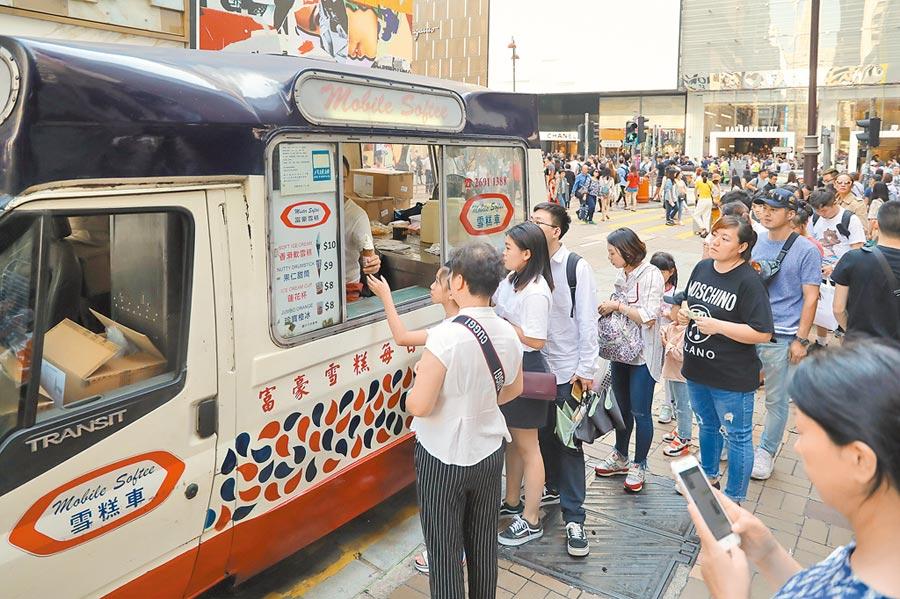 香港尖沙咀,一輛雪糕車引來許多遊客排隊。(中新社資料照片)