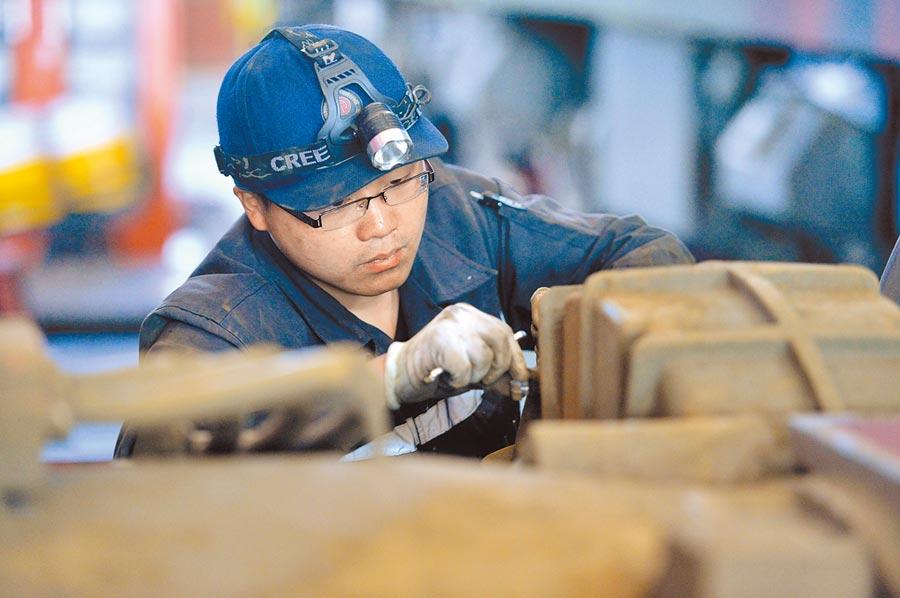 大陸的工程師在檢修火車牽引電機。(新華社資料照片)