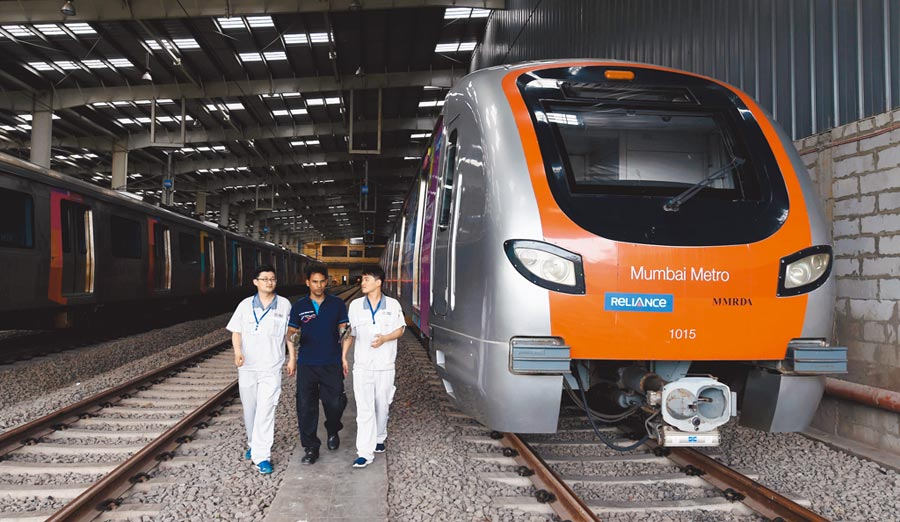 2018年6月27日印度孟買,中印雙方工作人員在孟買地鐵一號線車輛段工作。(新華社)