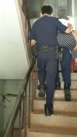 老夫妻行動不便難回家 永和警不畏酷熱揹上樓