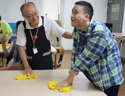 60歲轉當身障教保老師 他成學員的「爸爸」