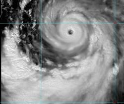 利奇馬颱風眼曝光 眼牆上滿滿落雷