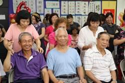 泰山貴和社區凍齡班父親節獻禮 幫老爸、老公「馬殺雞」
