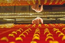 陸外儲減155億美元 連8月買黃金