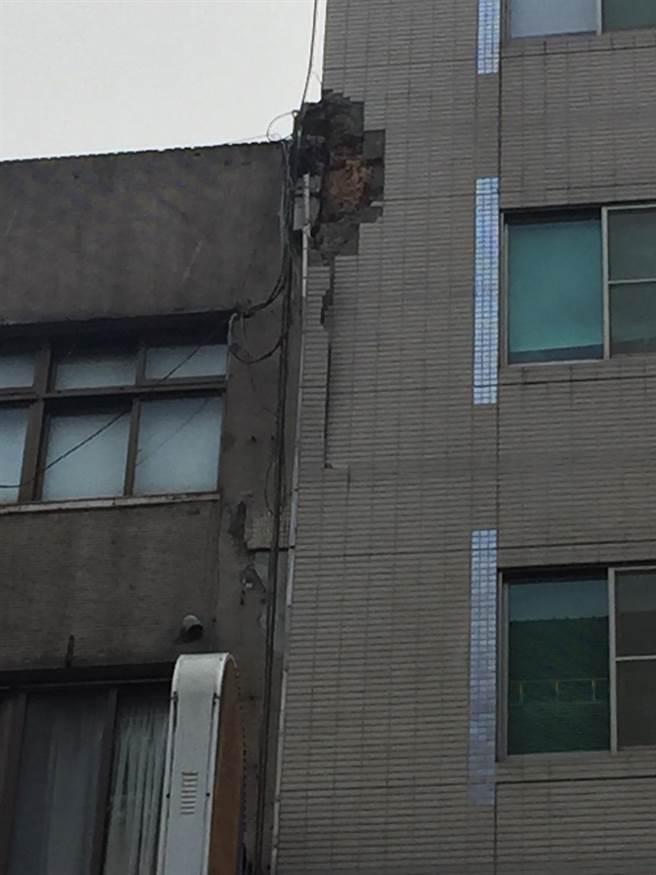 台北市長安東、松江路口一棟大樓外牆磁磚震落,無人傷亡。(郭吉銓攝)