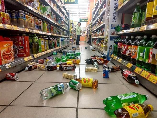 位於宜蘭市的喜互惠超市架上物品被震得散落一地。(李忠一攝)