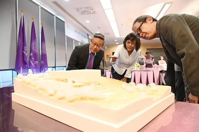 清大校友謝宏亮(右二)8日捐贈清大,將於2020年興建「謝宏亮現代美術館」,由校長賀陳弘(左二)代表接受。(陳育賢翻攝)