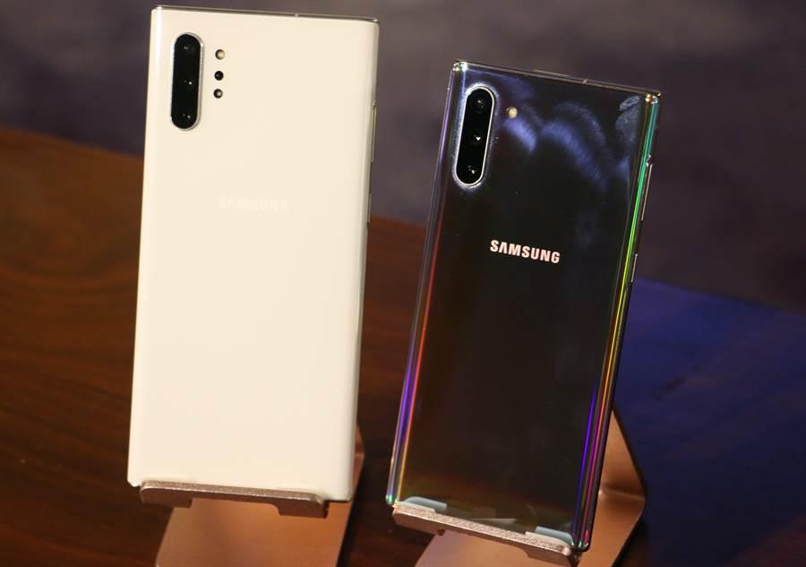 三星Galaxy Note 10+星環白以及Galaxy Note 10星環銀款式。(圖/黃慧雯攝)