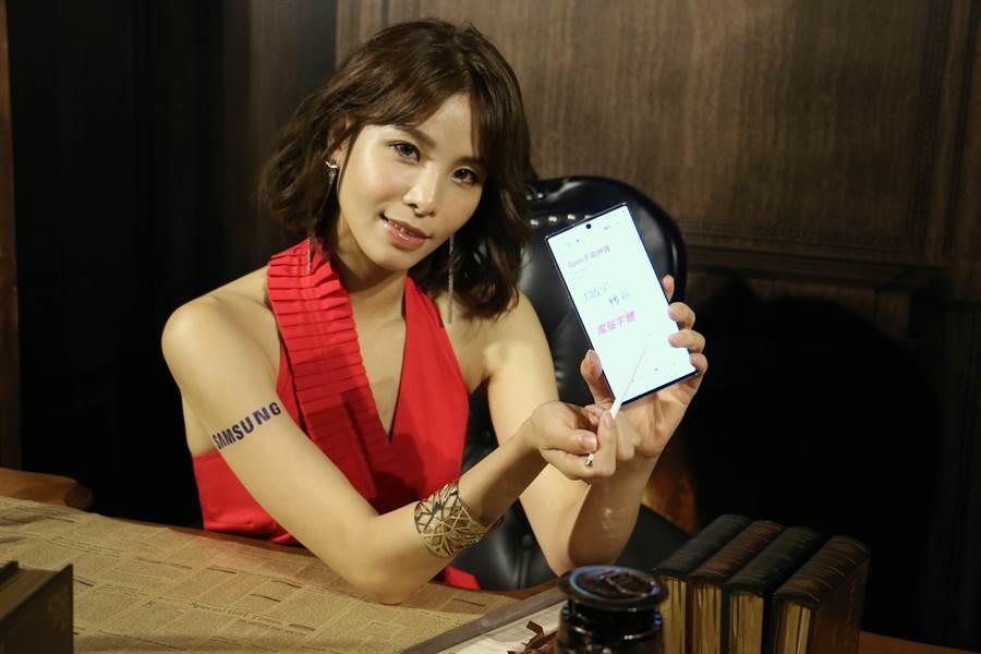 三星Galaxy Note 10系列正式發表,S Pen遠端遙控功能再升級,彷彿就像可操控手機的魔杖一般。(圖/黃慧雯攝)