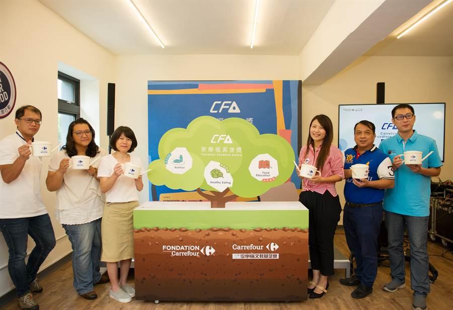 家樂福文教基金會執行長蘇小真(右3)昨主持第2屆真食獎起跑儀式。(家樂福提供)