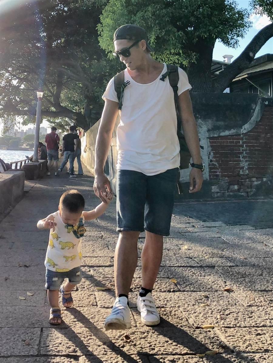 莊凱勛和兒子。