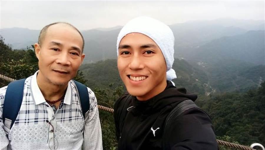 莊凱勛陪爸爸爬山。