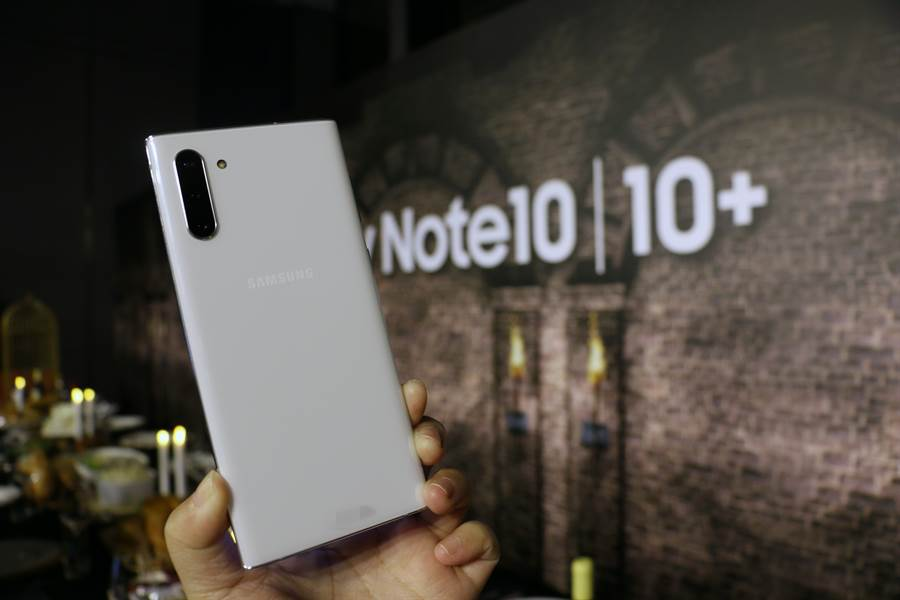 三星Galaxy Note 10星環白款式。(圖/黃慧雯攝)