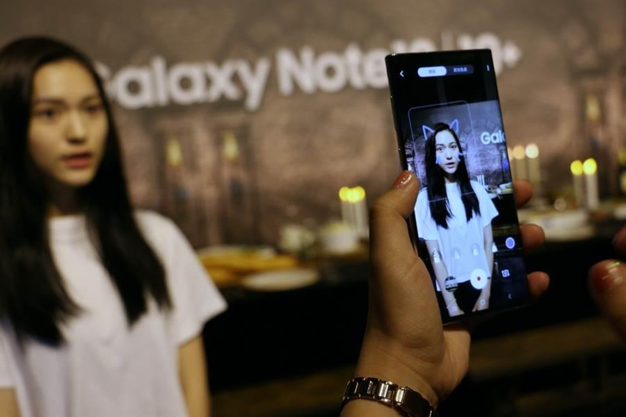 三星Galaxy Note 10系列支援AR Doodle功能,可將S Pen繪製的塗鴉效果錄起來。(圖/黃慧雯攝)