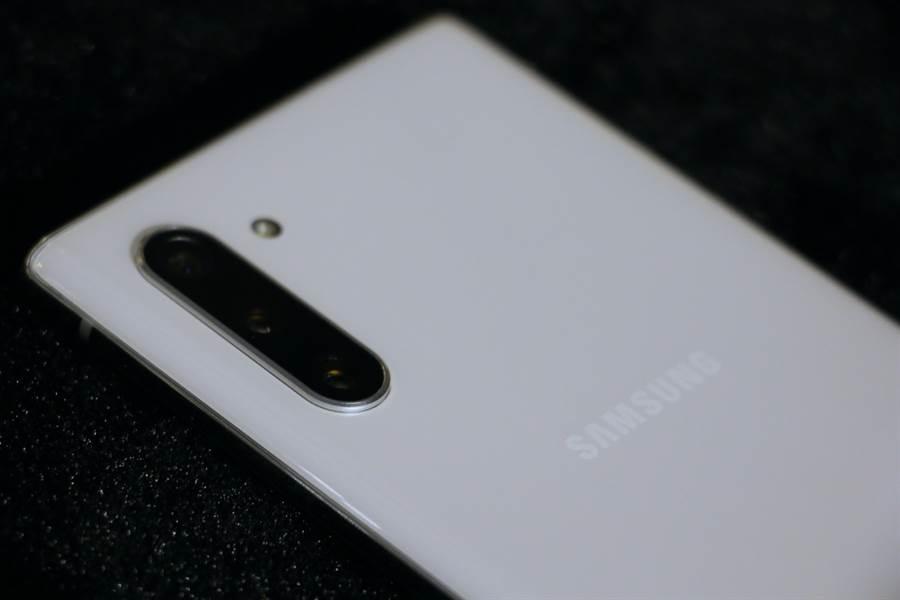 三星Galaxy Note 10星環白款式主相機位置。(圖/黃慧雯攝)