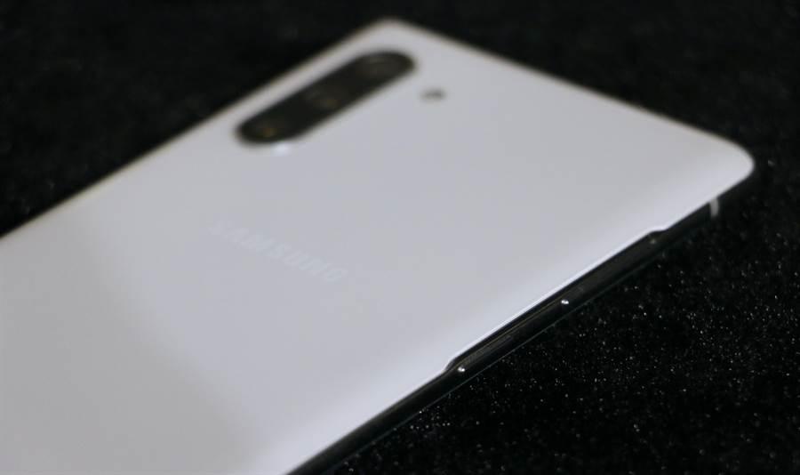 三星Galaxy Note 10星環白款式左側機身。(圖/黃慧雯攝)