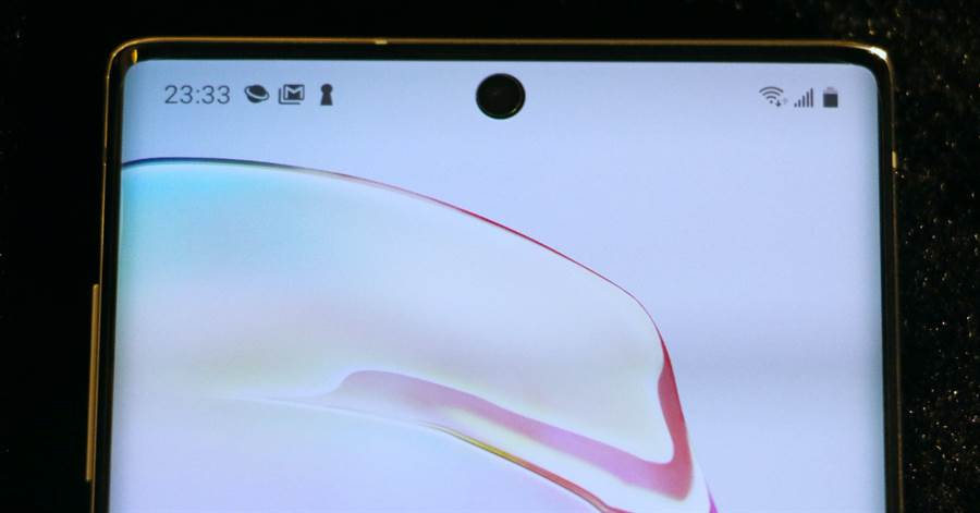 三星Galaxy Note 10星環白款式正面頂端螢幕。(圖/黃慧雯攝)