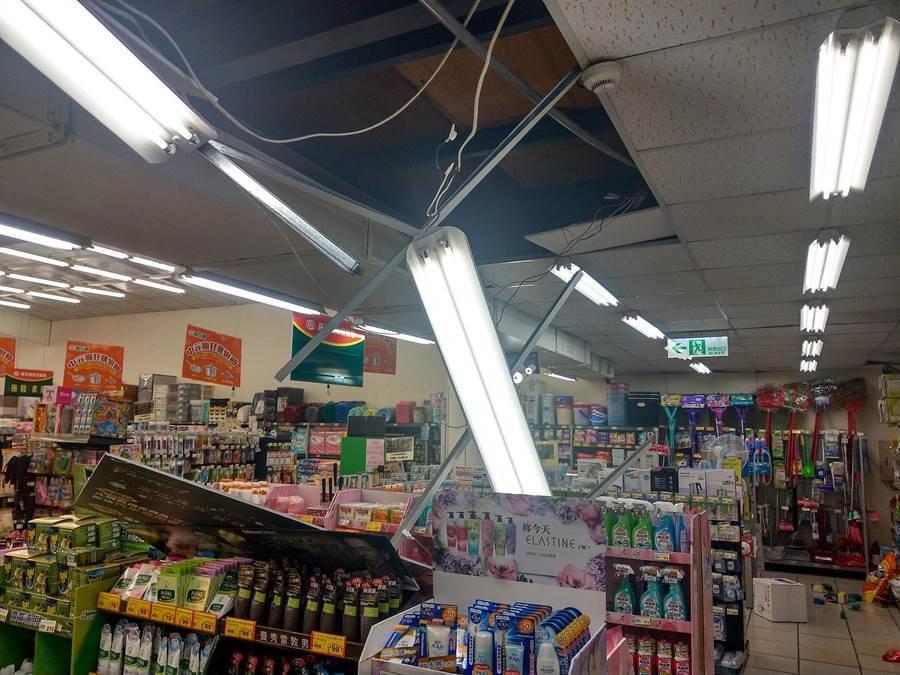 今晨5時28分發生芮氏規模6.0地震,宜蘭市喜互惠超市內的輕鋼架天花板被震落。(李忠一攝)